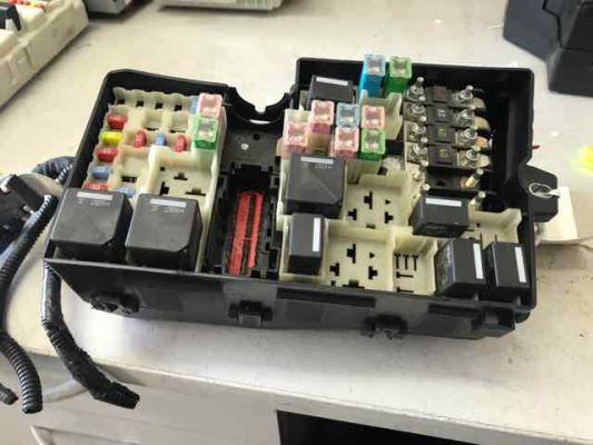 2010 VOLVO C30 MY10 T5 5 SP AUTOMATIC GEARTRONIC 2.5L TURBO MPFI FUSE BOX