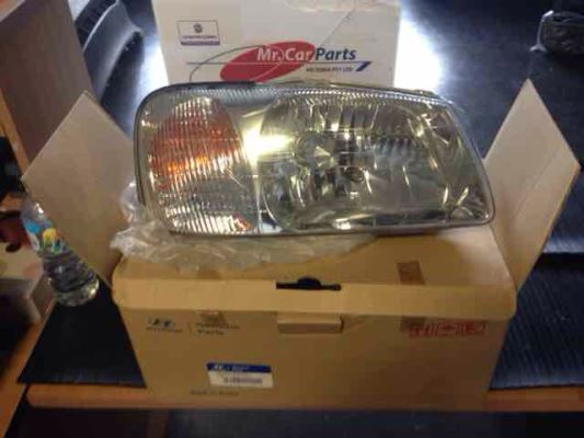 2001 HYUNDAI ACCENT LC GL 4 SP AUTOMATIC 1.5L MULTI POINT F/INJ HEADLIGHT RIGHT